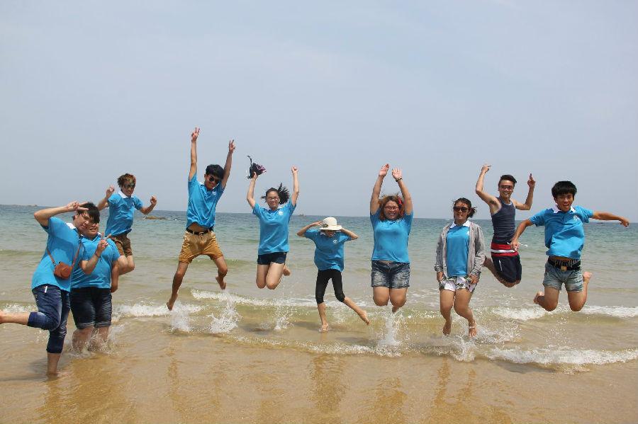 上图为海峡两岸大学生妈祖文化研习夏令营台生在湄洲岛平安锁前